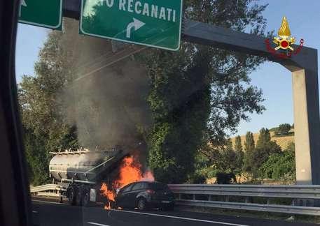Tampona un camion e l'auto prende fuoco: paura in A14