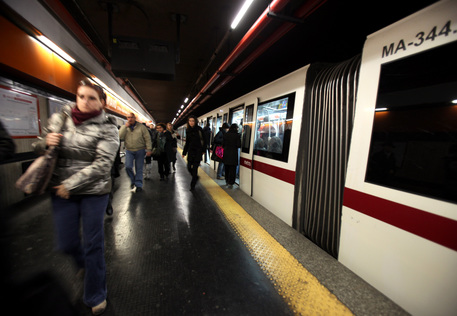 Metro B, 37enne massacrato di botte alla fermata Bologna: fermati 2 giovani