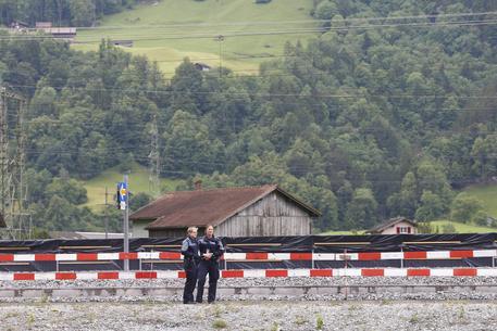 Svizzera, 27enne armato di coltello attacca passeggeri sul treno, 7 feriti FOTO