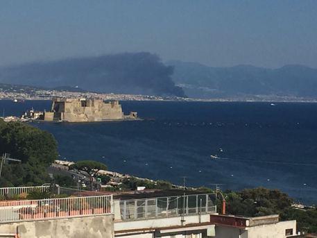 Incendio a Torre del Greco, vasta nube tossica