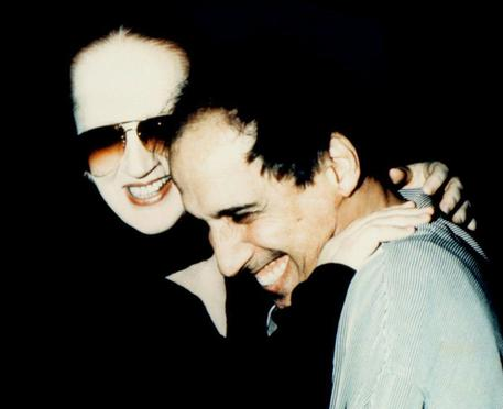 Adriano Celentano e Mina insieme durante le registrazioni di un loro album nel 1998