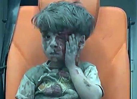 Aleppo, morto nel bombardamento il fratellino di Omran