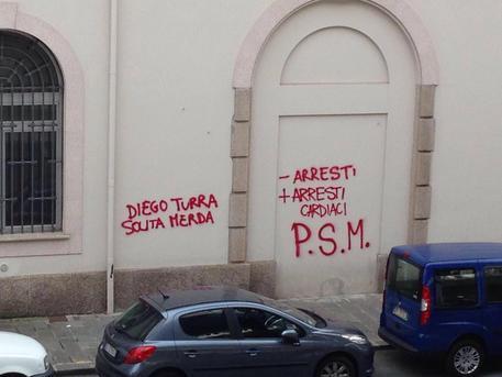 Genova, scritte contro poliziotto morto a Ventimiglia: 4 denunce