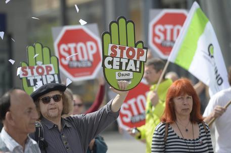 Una proposta contro Ttip e Ceta a Berlino il 21 agosto scorso © EPA