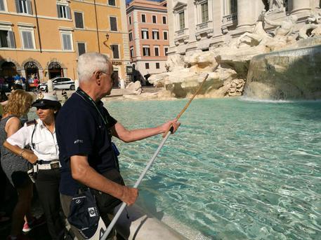 Roma, basta fontane come piscine: stop ai bivacchi