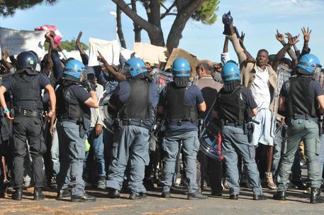 Poliziotti a Ventimiglia © ANSA