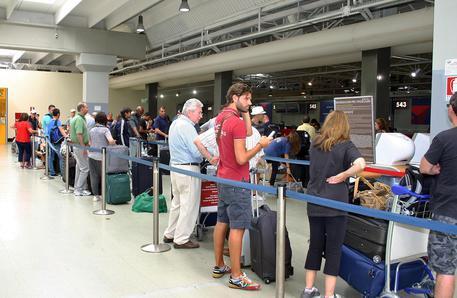 Disagi e ritardi all'aeroporto di Fiumicino in una foto di archivio © ANSA