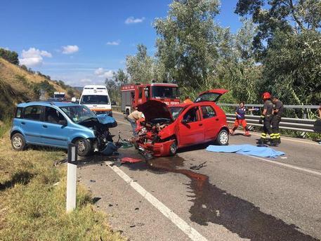 Scontro frontale lungo la 197 a Las Plassas, muore anziana. Quattro feriti