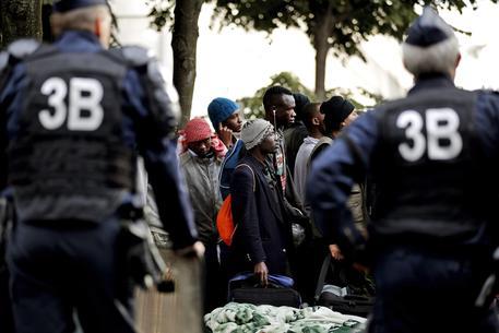 Migranti, Londra: presto al via la costruzione di un muro a Calaiis
