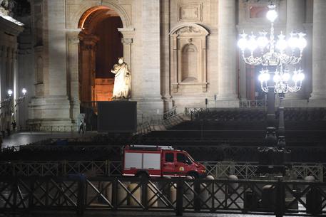 Auto sfonda le transenne ed entra a piazza San Pietro, bloccata…