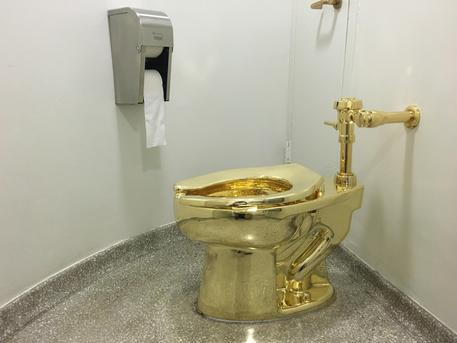 Trump metterà alla Casa Bianca il WC d'oro di Maurizio Cattelan?