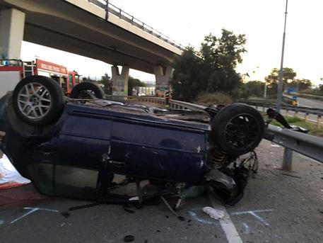 Auto si ribalta più volte, tre ragazzi morti. Tragedia a Cagliari