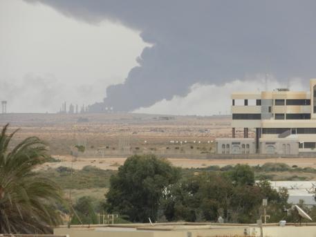Libia: violenti scontri Ras Lanuf, cisterna in fiamme