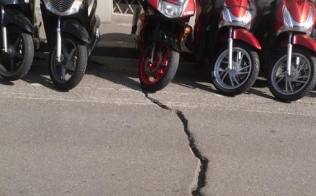 Crepa sul lungarno Diaz, nessun pericolo per la stabilità della strada