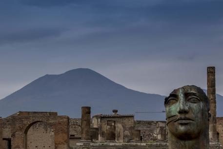 Pompei, turista americano divelle un tassello di marmo nella domus