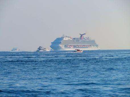 Messina, la Nave da crociera Carnival Vista distrugge un molo