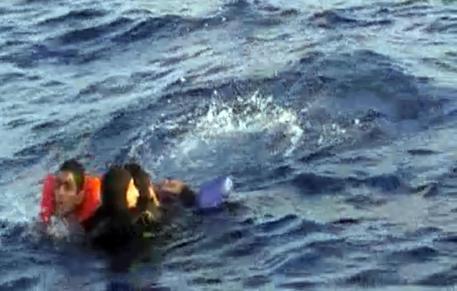 Migranti: media, naufragio in Egitto, centinaia su barcone