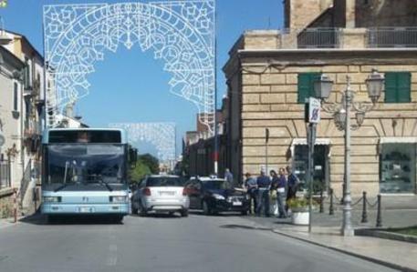 Vasto, uomo accoltella ex moglie: ricercato da carabinieri e polizia
