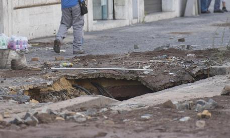 Roma, rotta tubatura: voragine sull'asfalto vicino a San Pietro, sprofonda edicola