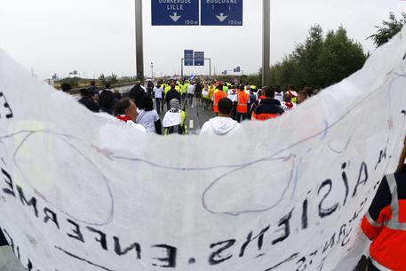 Operazione lumaca: i forconi francesi contro la giungla di Calais