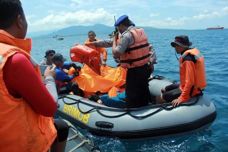 Indonesia: traghetto per turisti prende fuoco, 5 morti
