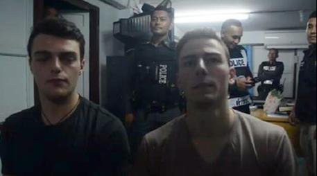 Thailandia, strappano la bandiera nazionale: arrestati 2 turisti italiani