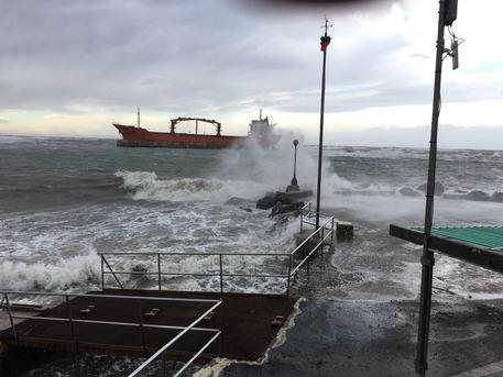 Maltempo, paura a Livorno, nave in balia delle onde. Equipaggio bloccato
