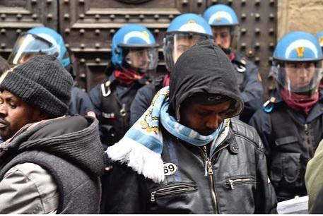Incendio di Sesto Fiorentino: tensione davanti alla prefettura tra migranti e polizia