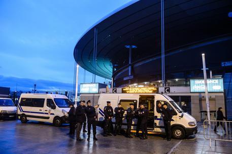 Parigi, identificato il kamikaze dello Stade de France: è un ventenne iracheno