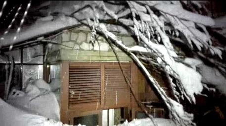 Valanga spazza via l'Hotel Rigopiano: trovate 6 persone vive