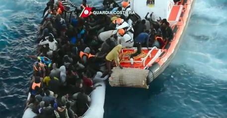Libia, recuperati i corpi di 74 migranti all'interno di un'imbarcazione