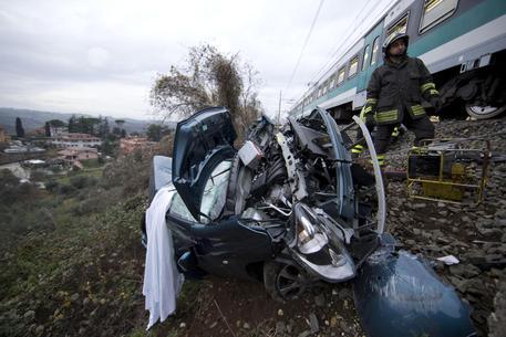 Treno investe automobile al passaggio a livello: un ferito grave