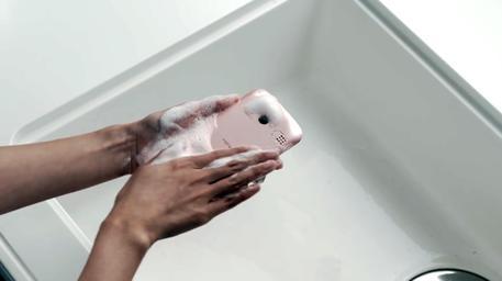 Kyocera presenta lo smartphone che si può lavare: caratteristiche e prezzi