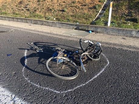 Investito da due auto, muore ciclista$
