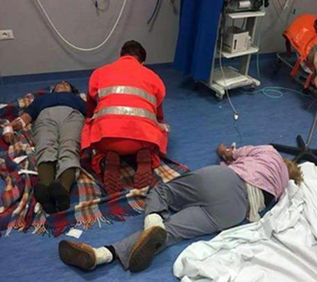 Nola (NA) - Pazienti sul pavimento all'ospedale Santa Maria della Pietà