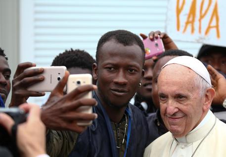 Selfie di alcuni migranti con il Papa (archivio) © ANSA