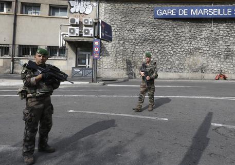 Attentato a Marsiglia, uomo sgozza due donne gridando Allah Akbar