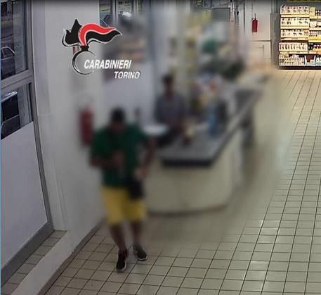 Rapinatore fuggiva in taxi, arrestato