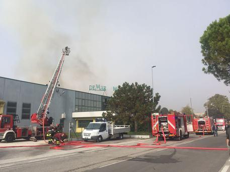 Incendi a fuoco mobilificio nel pordenonese danni - Mobilificio vasto ...