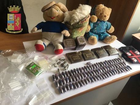 Nasconde la droga nei peluche dei figli