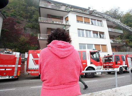 Como, violento incendio in casa: muore un uomo, gravissimi i suoi bambini