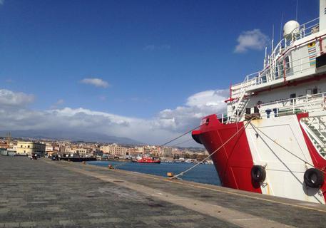 La nave di Save the Children impegnata nelle operazioni di soccorso ai  migranti nel Mediterraneo © ANSA