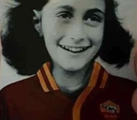 Adesivi con l'immagine di Anna Frank con la maglia della Roma © Ansa