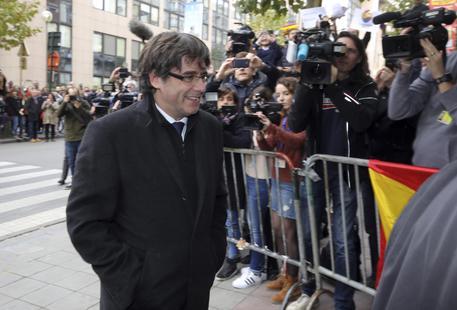 Catalogna, Puigdemont non si presenterà ai giudici e per ora non torna in Spagna
