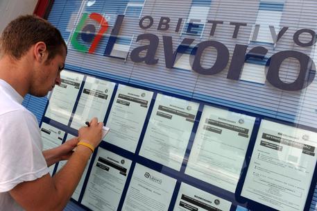 Disoccupazione: a febbraio in Italia sale al 10,7% mentre scende nell'area Euro