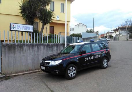 Con l'accetta minaccia moglie, figlie e carabinieri
