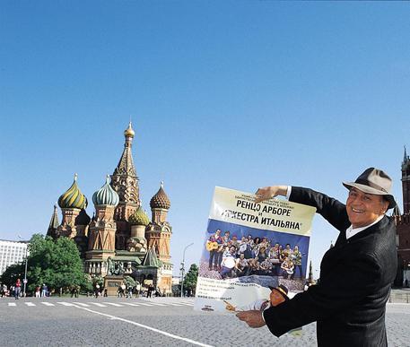 Renzo Arbore in giro per il mondo con l'Orchestra Italiana © ANSA