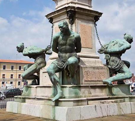 Livorno, scoperta un'auto carica di esplosivo: fermato un uomo