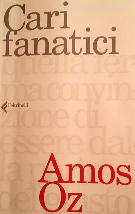 La copertina di 'Cari fanatici' di Amos Oz © ANSA