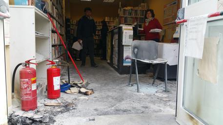 Incendio in biblioteca a Molassana: bruciati libri